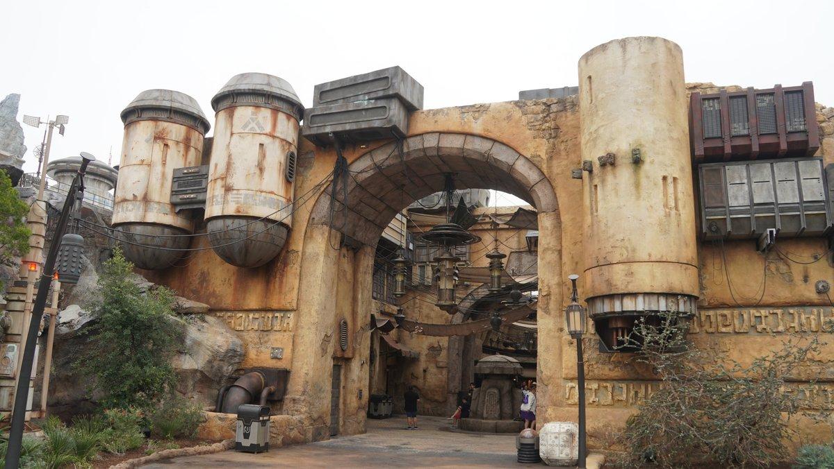 Star_Wars_Galaxy's_Edge_Disneyland.jpg