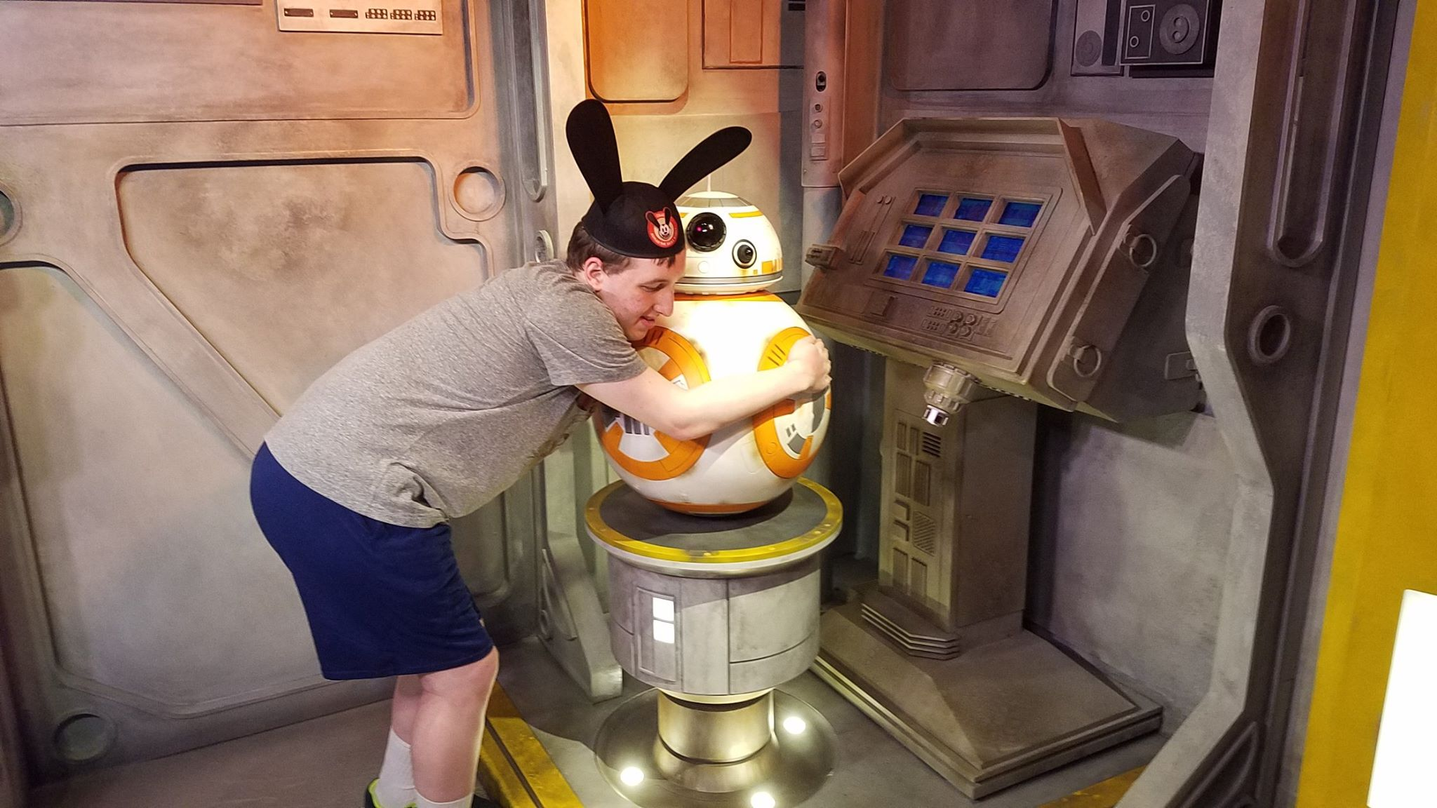 Hugging BB-8(2/2)
